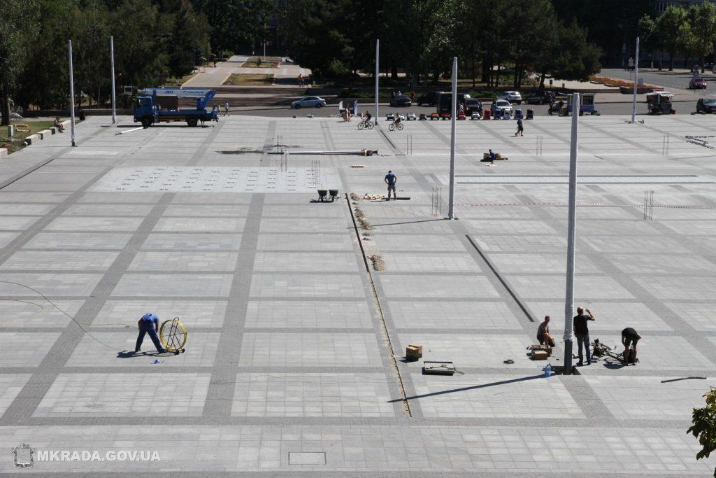 На Соборной площади установили 16-метровые опоры освещения и готовятся к укладке светодиодной брусчатки (ФОТО) 13