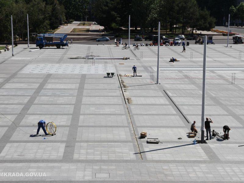 На Соборной площади установили 16-метровые опоры освещения и готовятся к укладке светодиодной брусчатки (ФОТО)