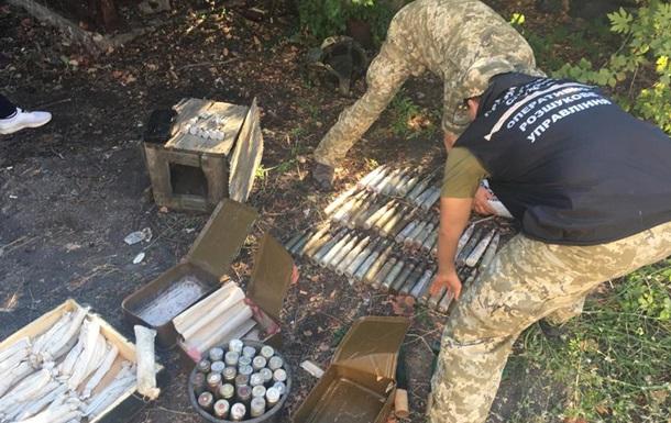 На Донбассе в заброшенном доме пограничники нашли тайник с боеприпасами