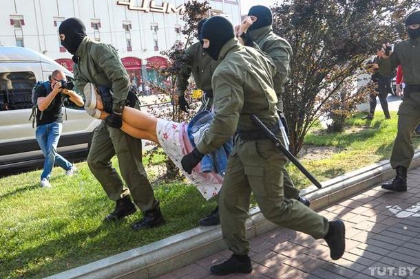 В Беларуси на вчерашних акциях задержали 300 человек, из них половина – в Минске