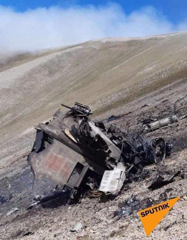 Армянские военные показали свой сбитый самолет 3