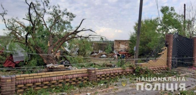 А нас пронесло. На Херсонщине ураган валил деревья и повредил крыши (ФОТО)