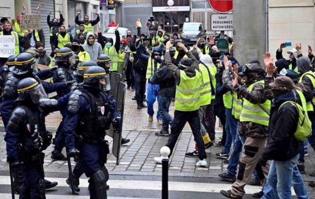 """Протесты """"желтых жилетов"""" во Франции: полиция применила слезоточивый газ (ВИДЕО)"""