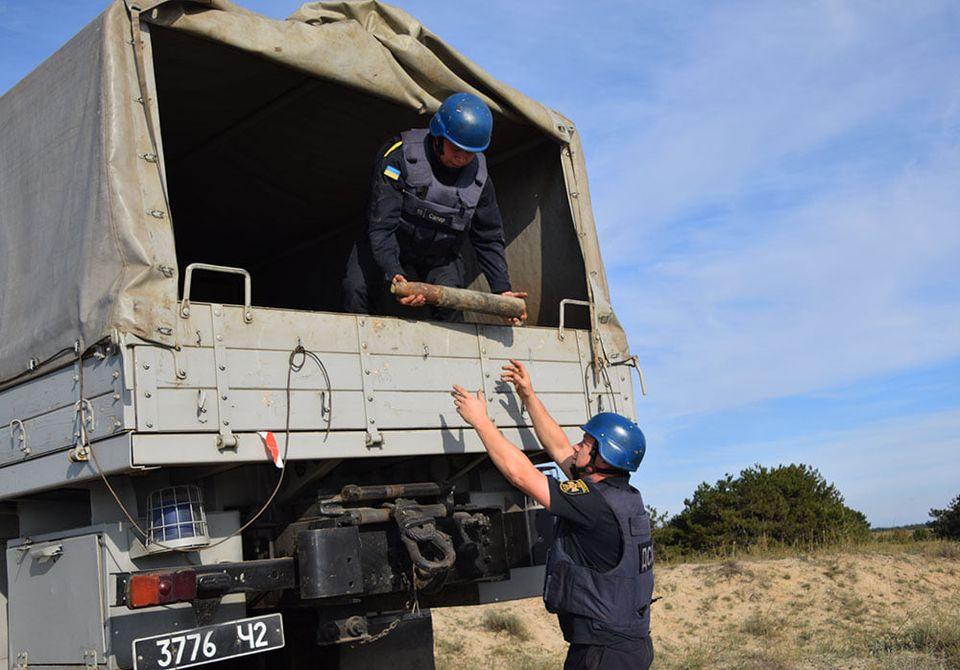 На Николаевщине пиротехники ГСЧС обезвредили 81 взрывоопасный предмет, найденный на Кинбурнской косе (ФОТО, ВИДЕО) 7