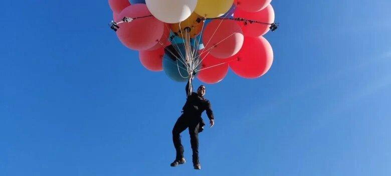 Иллюзионист пролетел над пустыней на связке воздушных шаров (ВИДЕО)
