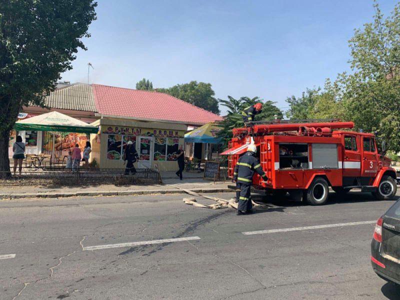 Вчера в Николаеве тушили крышу кафетерия (ФОТО)