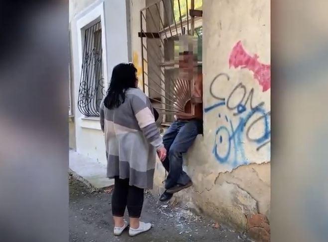 В Николаеве мужчина пытался влезть домой через окно и застрял в решетке (ВИДЕО)
