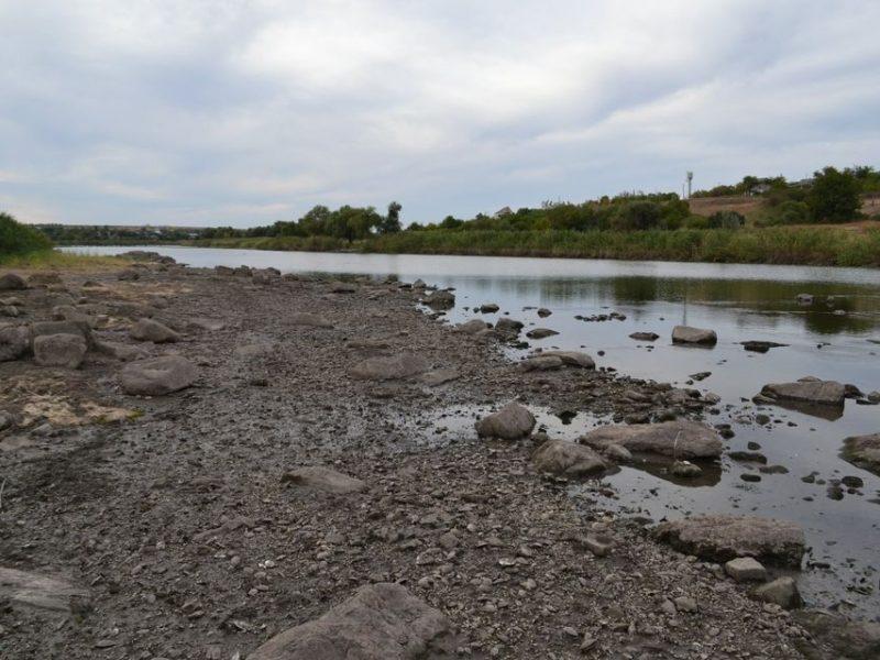 На Николаевщине ночью мешками с отсевом и щебнем люди заделывали пробоины в шлюзах Первомайской ГЭС, чтобы остановить отток воды из водохранилища (ФОТО)
