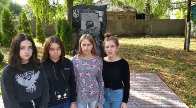 Школьницы на Черниговщине станцевали у памятника павшим на Донбассе воинам: полиция составила админпротоколы (ФОТО, ВИДЕО)