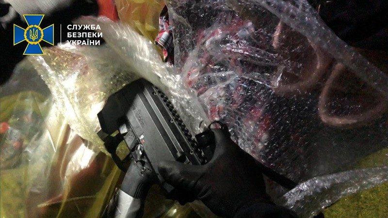 """Гражданин РФ пытался ввезти в Украину пистолеты-пулеметы """"Скорпион"""", – СБУ (ФОТО)"""