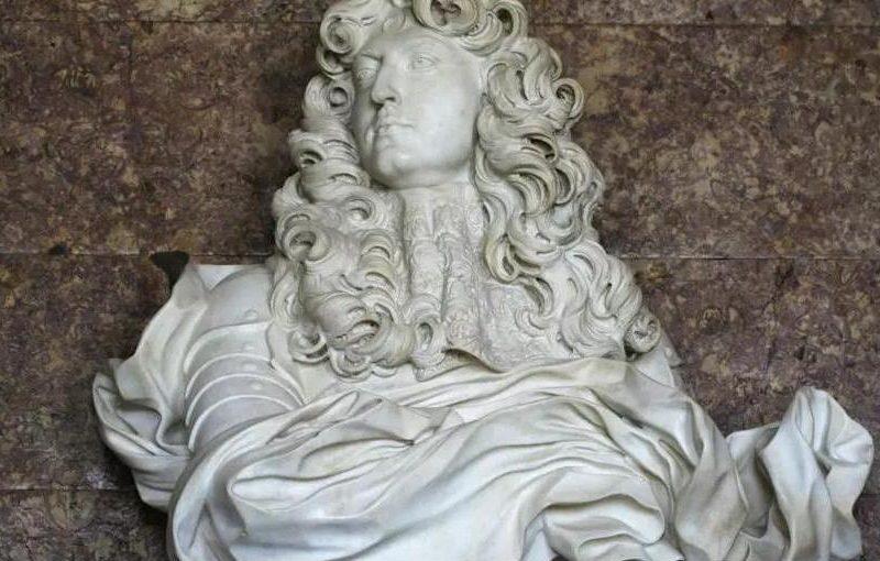 Решил, что он король: во французский Версаль, разбив окно, влез мужчина в простыне