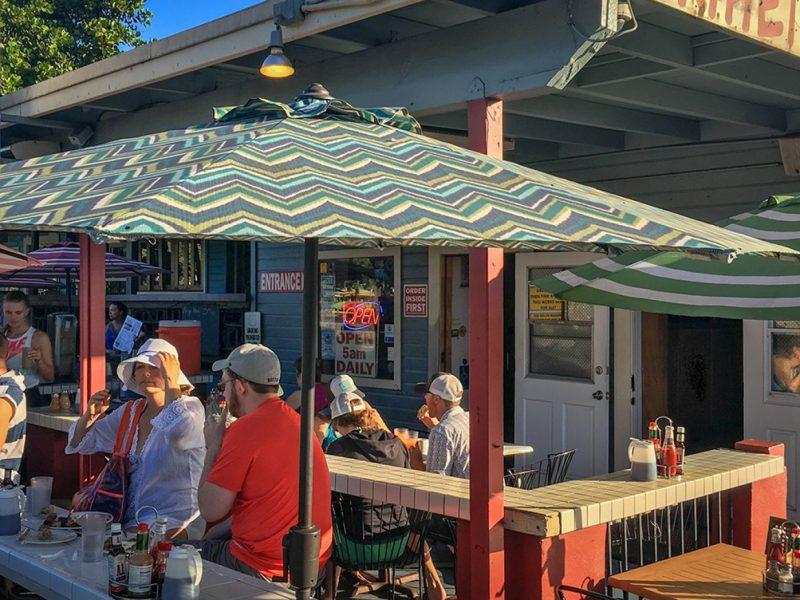 Власти американского штата Гавайи раздадут безработным по 500 долларов для походов в рестораны