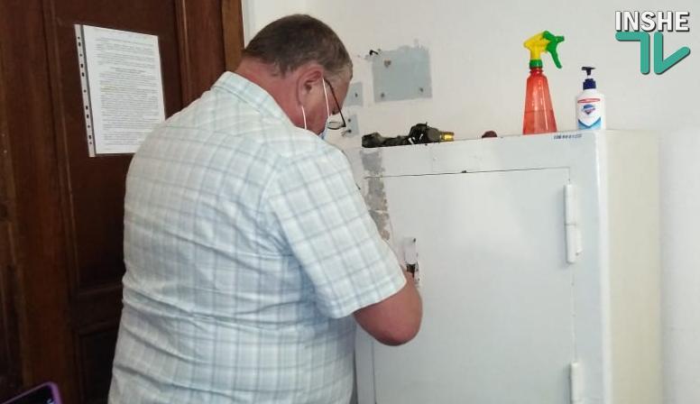 В Николаевском горизбиркоме со второй попытки вскрыли сейф (ВИДЕО)