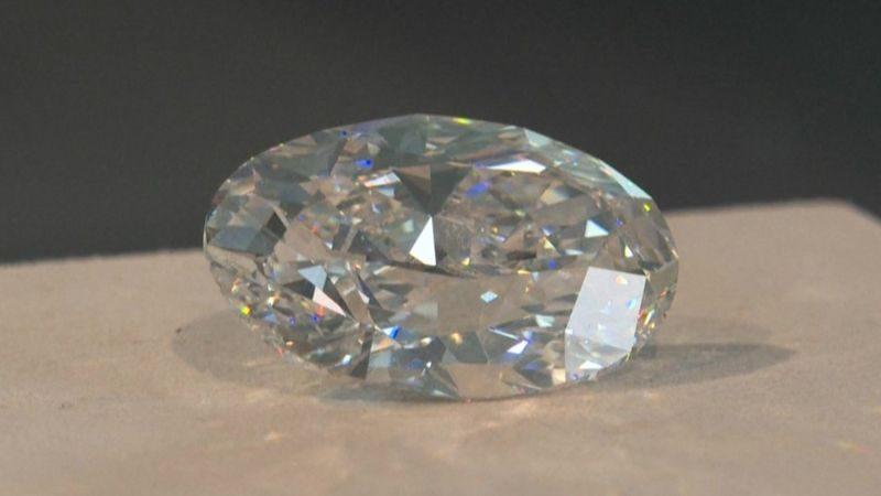 Явно продешевили: безупречный 102-каратный бриллиант продали на онлайн-аукционе за $15,7 млн.