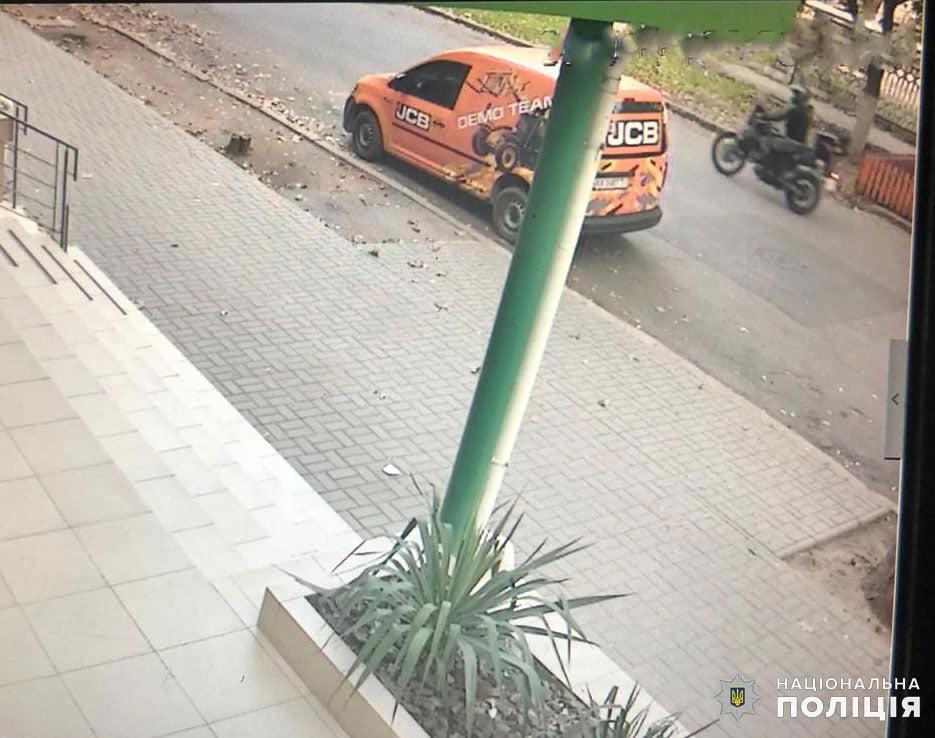 В Николаеве сбил пешеходов и скрылся с места происшествия - полиция ищет злоумышленника (ФОТО) 1