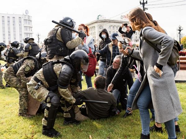В Хабаровске ОМОН избил протестующих (ВИДЕО)