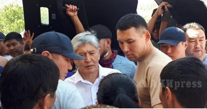 Протесты в Кыргызстане: бывший президент снова задержан, а в столице введен комендантский час