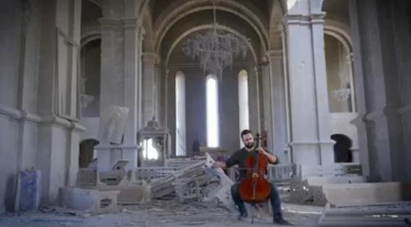 Бельгийский музыкант дал концерт в разрушенном соборе в Карабахе (ВИДЕО)