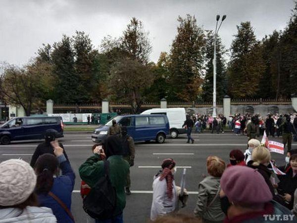 Белорусские силовики разгоняли участников марша пенсионеров слезоточивым газом и стрельбой (ВИДЕО)