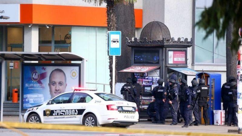 Все захваченные в грузинском банке заложники освобождены. Нападавшего ищут