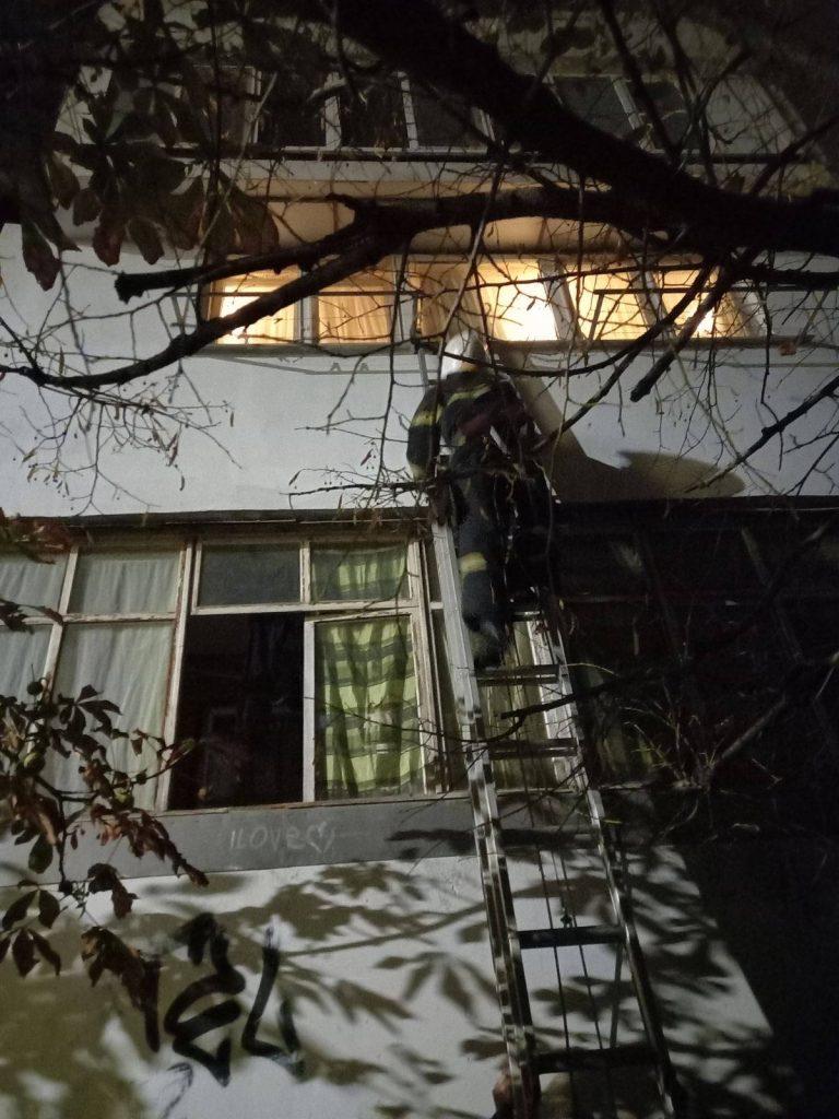 В Николаеве ночью на Намыве спасатели лезли в квартиру через балкон (ФОТО) 1