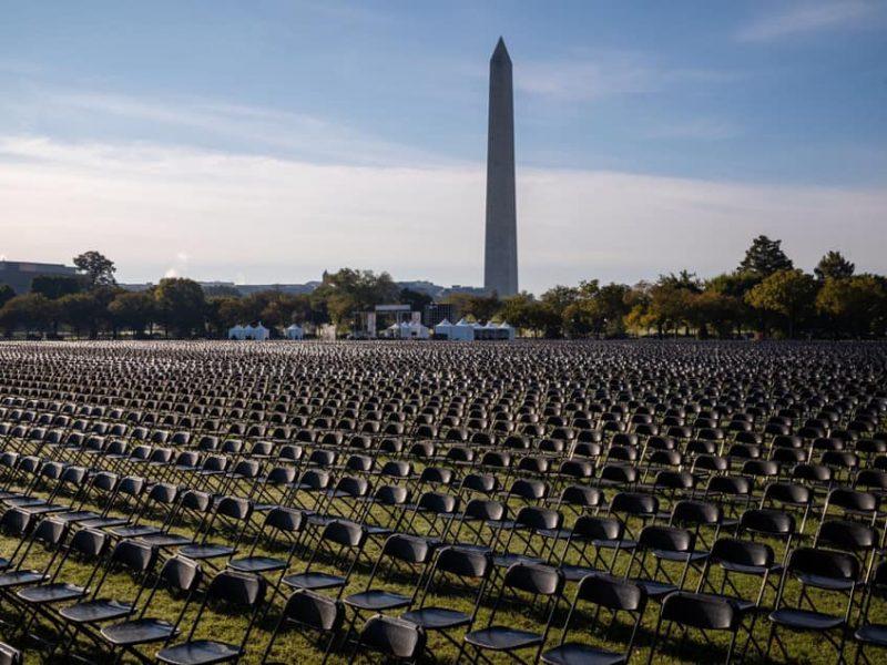 Напротив Белого дома установили 20 тысяч пустых стульев в память об умерших от COVID-19 (ФОТО, ВИДЕО)