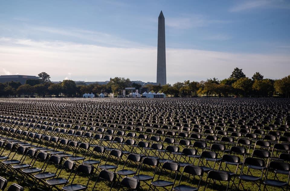 Напротив Белого дома установили 20 тысяч пустых стульев в память об умерших от COVID-19 (ФОТО, ВИДЕО) 1