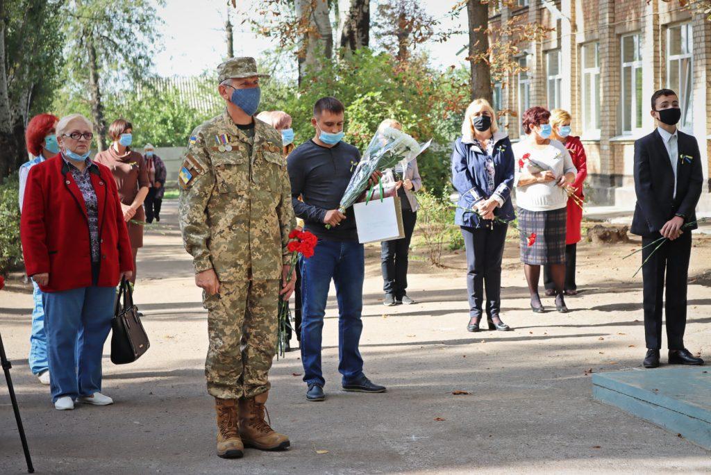 На николаевской школе №14 открыли мемориальную доску погибшему на Донбассе защитнику Роману Климову (ФОТО) 11