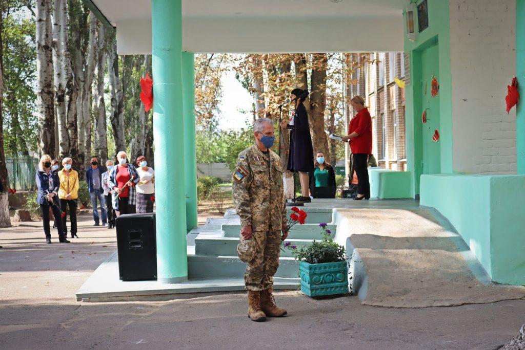 На николаевской школе №14 открыли мемориальную доску погибшему на Донбассе защитнику Роману Климову (ФОТО) 21