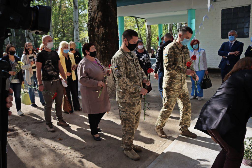 На николаевской школе №14 открыли мемориальную доску погибшему на Донбассе защитнику Роману Климову (ФОТО) 25