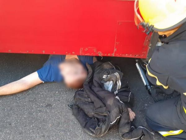 В Николаеве спасатели достали из-под троллейбуса сбитого пешехода (ФОТО) 1