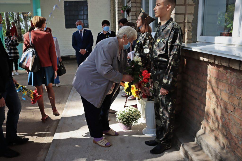 На николаевской школе №14 открыли мемориальную доску погибшему на Донбассе защитнику Роману Климову (ФОТО) 23