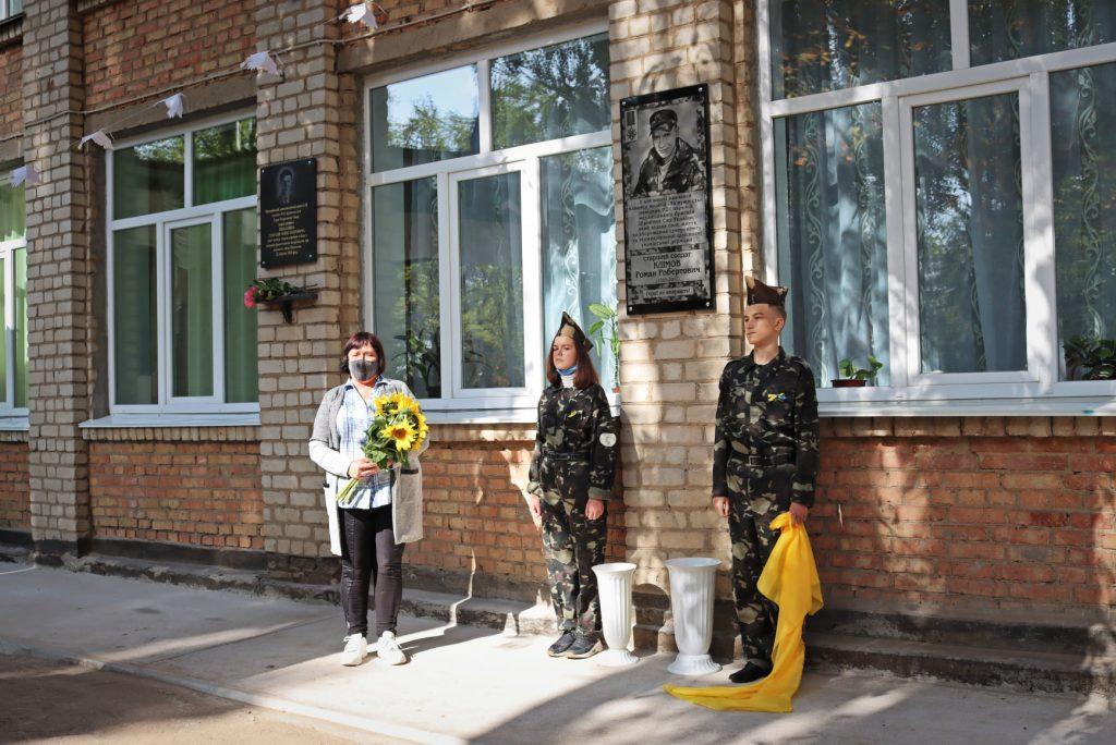 На николаевской школе №14 открыли мемориальную доску погибшему на Донбассе защитнику Роману Климову (ФОТО) 19