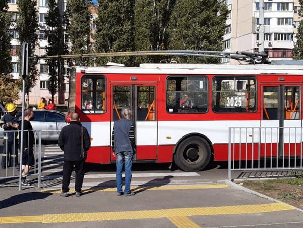 В Николаеве спасатели достали из-под троллейбуса сбитого пешехода (ФОТО) 5
