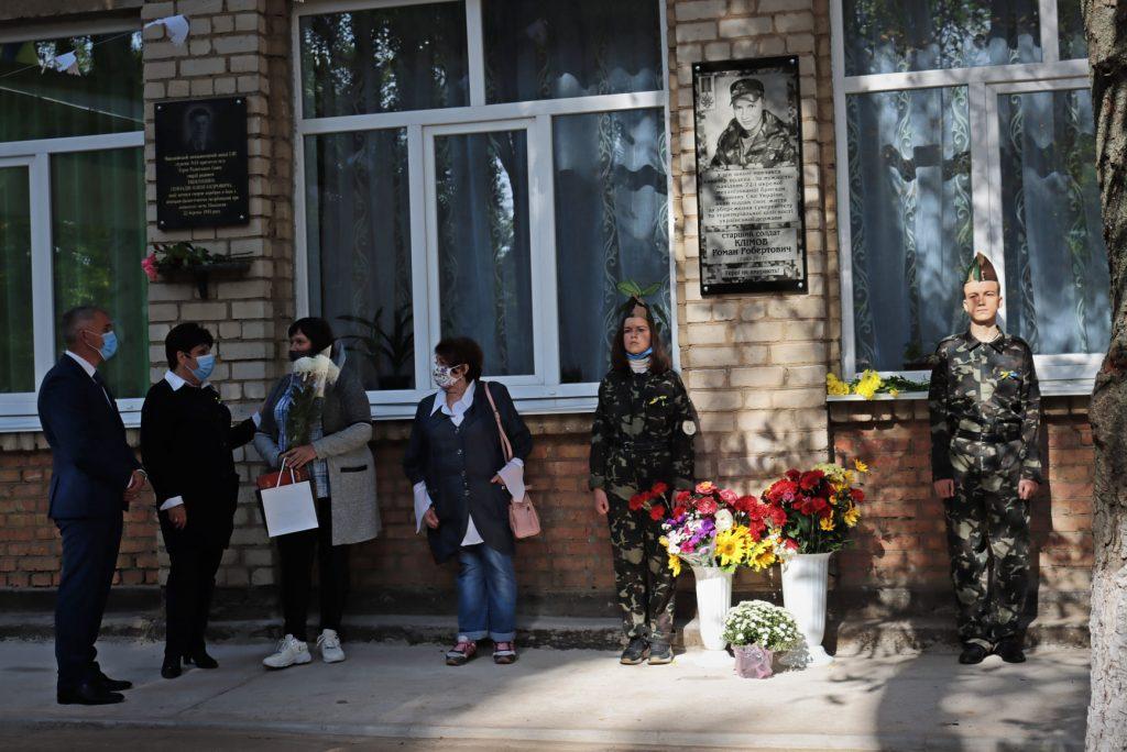 На николаевской школе №14 открыли мемориальную доску погибшему на Донбассе защитнику Роману Климову (ФОТО) 27