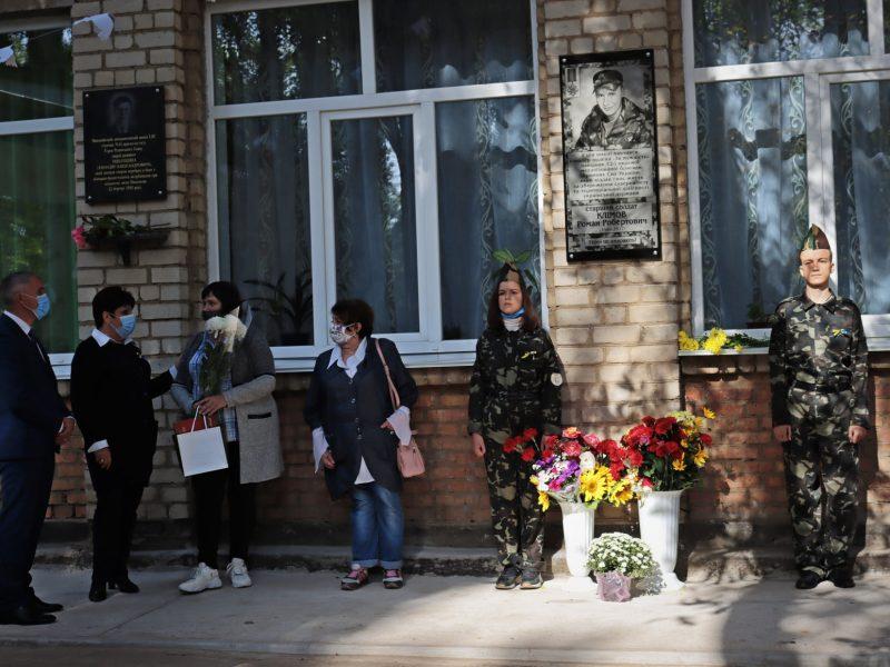 На николаевской школе №14 открыли мемориальную доску погибшему на Донбассе защитнику Роману Климову (ФОТО)