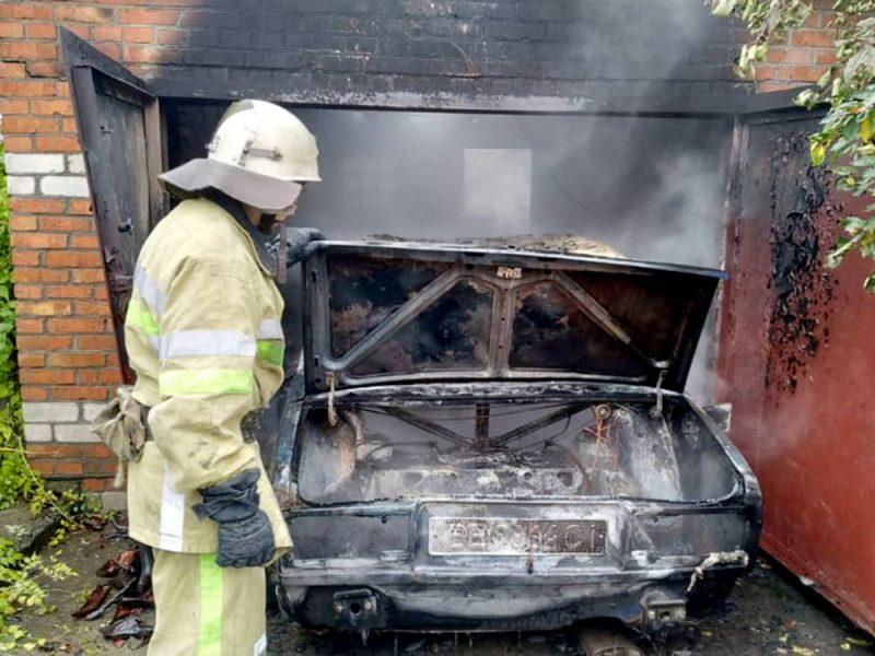 На Николаевщине в гараже горели «Жигули»