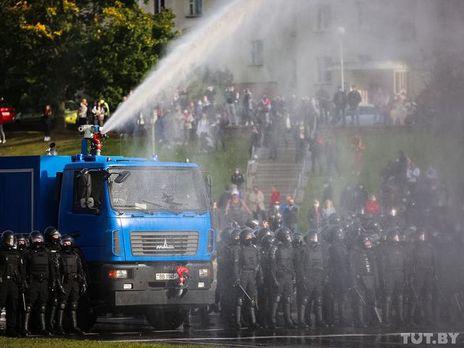 В Минске протестующие вывели из строя два водомета (ВИДЕО)
