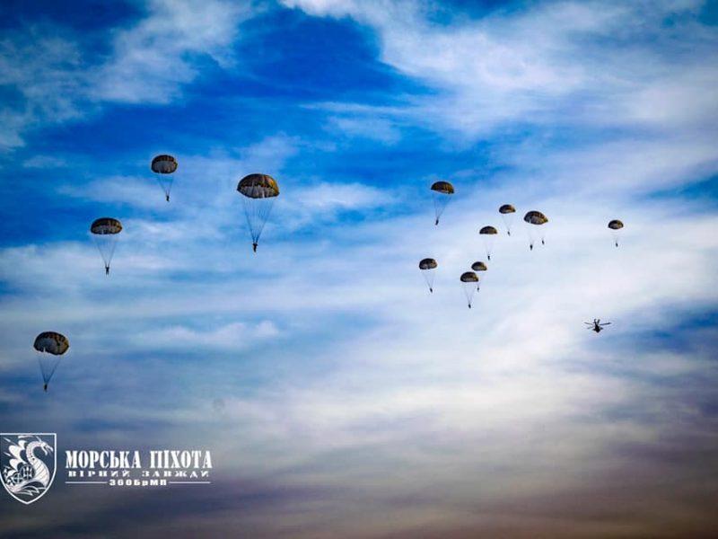 Николаевские морпехи отработали на Донетчине десантирование парашютным способом (ФОТО)