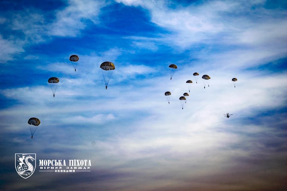 Николаевские морпехи отработали на Донетчине десантирование парашютным способом (ФОТО) 3