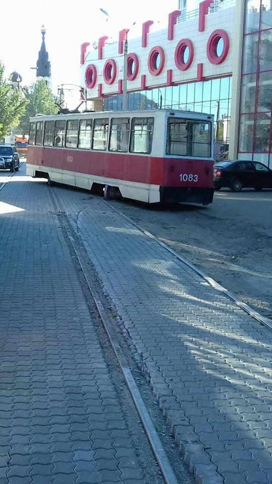 В Николаеве у City-Center сошел с рельсов трамвай - в «Николаевэлектротрансе» винят укладчиков плитки (ФОТО) 3