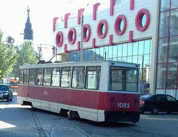 В Николаеве у City-Center сошел с рельсов трамвай — в «Николаевэлектротрансе» винят укладчиков плитки (ФОТО)