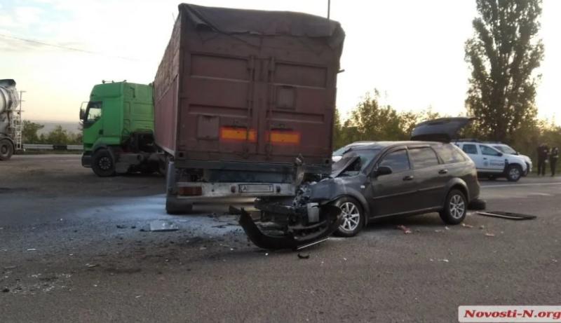 Под Николаевом легковой автомобиль влетел под колеса зерновоза, – трое пострадавших