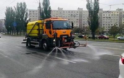 В Киеве дороги моют шампунями