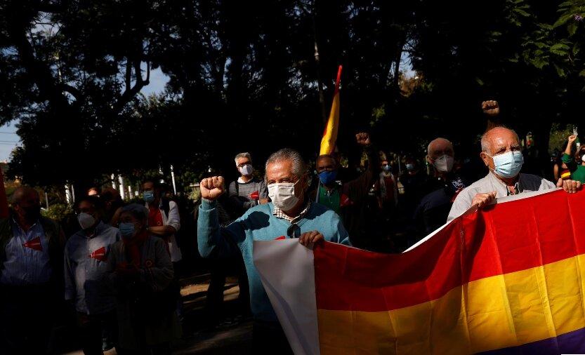 В Испании прошли митинги с требованием судить бывшего короля Хуана Карлоса (ФОТО) 9