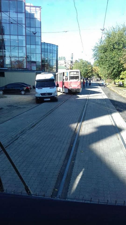 В Николаеве у City-Center сошел с рельсов трамвай - в «Николаевэлектротрансе» винят укладчиков плитки (ФОТО) 5