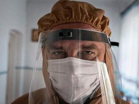 «Вы много раз видели его лицо на бигбордах»: семья умершего от COVID-19 доктора не получит компенсацию из-за отрицательного теста