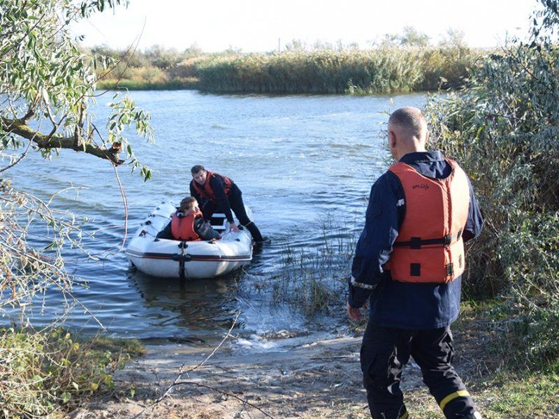 Под Николаевом спасатели доставили на берег женщину и парня-инвалида, которых на лодке отнесло от берега (ФОТО, ВИДЕО)