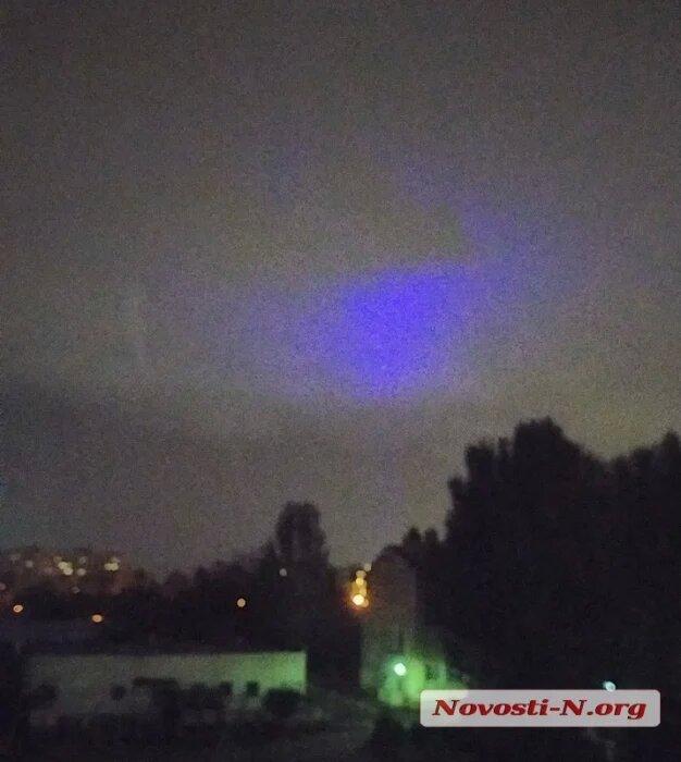 Николаевцы уже несколько дней наблюдают в небе загадочное синее свечение (ФОТО, ВИДЕО) 1