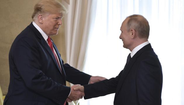Кандидат в вице-президенты США Харрис напомнила, как Трамп обнимается с диктаторами и доверяет Путину (ВИДЕО)